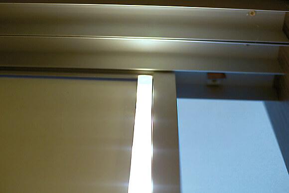Pohled z vniřní strany skříně. Pásek je umístěný na celou výšku křídla.