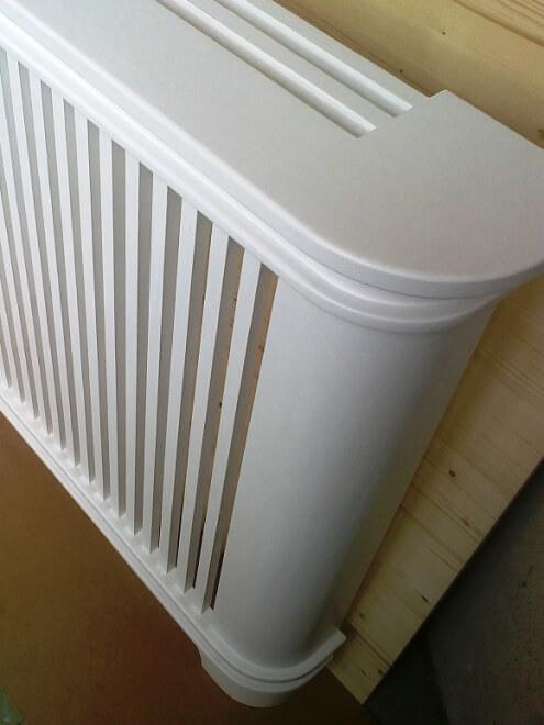 Kryt na radiátor zhotovený na míru zákazníka, který respektuje přirozené proudění vzduchu ve vytápěné místnosti (zdroj: www.auruminterier.cz