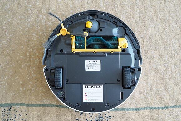 Spodní část přístroje - boční kartáček pro vymetání koutů a hlavní zelený kartáč.