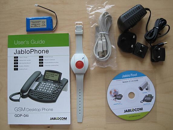 Obsah balení: stolní telefon JabloPhone GDP-04i, tísňové tlačítko na zápěstí, síťový adaptér s výměnnými koncovkami, záložní baterie, USB kabel pro synchronizaci PC s telefonem, instalační CD, příručka.
