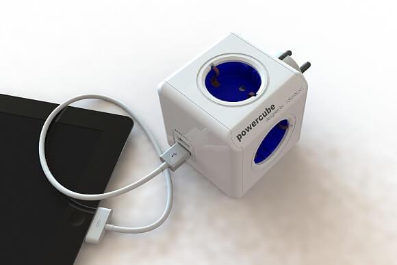 Modrá zásuvka s USB porty přímo napájí telefony nebo notebooky. (Zdroj: www.allocacoc.com)