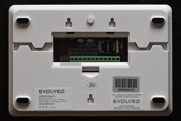 Ústředna Evolveo Alarmex - zadní strana s prostorem pro SIM kartu a zapojení drátových čidel a napájení.