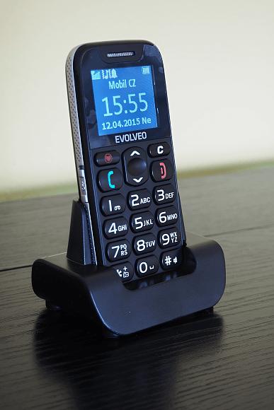 Telefon v nabíjecí stanici