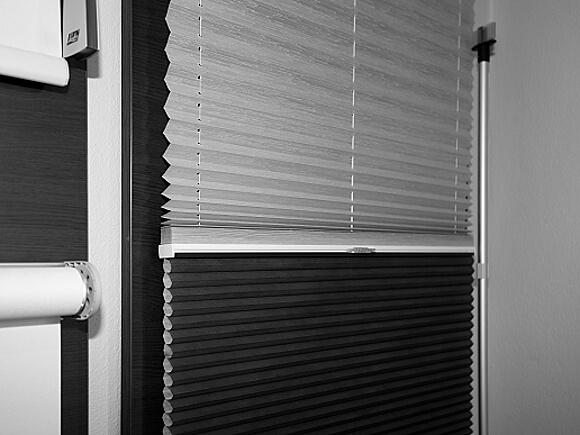 Plisé ve dvojím provedení na jedno okno. Vypadá jako papír, ale můžete je umýt pod tekoucí vodou a jednoduše nasadit zpět na rám okna.