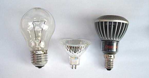 Vývoj zdrojů světla: klasická, halogenová a LED žárovka.