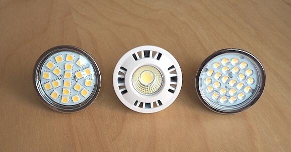 LED žárovky jedné velikosti - podhledové svítidlo s paticí MR16, se stejnou barvou světla - 3.000 K. Liší se však svítivostí a úhlem svitu (žárovky Mr. LED).