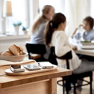 Jednou bezdrátovou nabíječkou můžete dobít i více zařízení (Zdroj: IKEA http://www.ikea.com/cz/cs/)