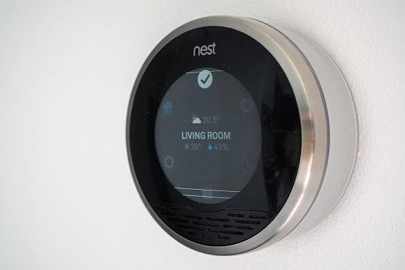 Termostat NEST je maximálně přizpůsobitelný. Sami nastavíte, jak bude topit (pevný týdenní režim / automatický, jaký se sám naučí) nebo jak bude vypadat displej.
