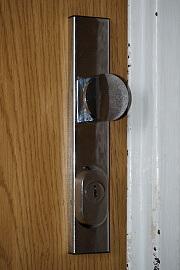 Pohled na dveře z venkovní strany - před instalací Entru i poté vypadají shodně.