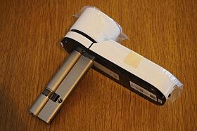 Sestavený Mul-t-lock Entr - cilindrická vložka se nahradí touto sestavou.