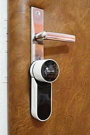 Pohled na jednotku Mul-t-lock Entr nainstalovanou na vnitřní straně dveří