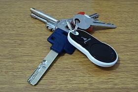 Klíče od našeho domu - klíč pro mechanické otevření Mul-t-lock a klíčenka od Entru.