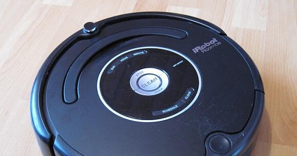 Roomba 581 s porouchanou jednotkou pro kartáče.
